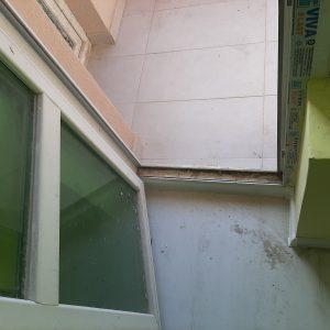 Замърсени при ремонт дограма и стъкла.