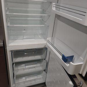 Почистен хладилник и фризер.