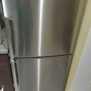 Почистен отвън хладилник.