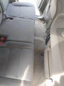 Машинно изпрани седалки на лек автомобил.
