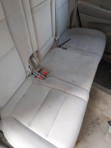 Замърсини седалки на лек автомобил.
