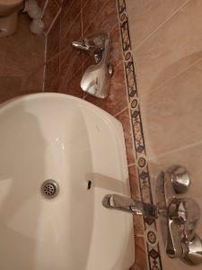 Почистен варовик и замърсяване от батерия и мивка в баня.