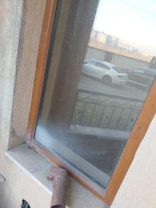 Замърсен след ремонт прозорец.