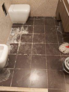 Замърсена баня. След ремонт.