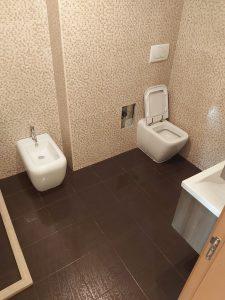 Почистени след строеж варовик и прах в баня.