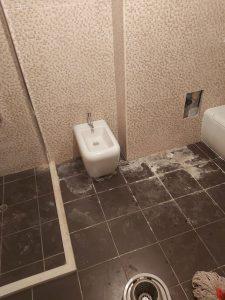 Наслоени строителен прах и варовик в баня.