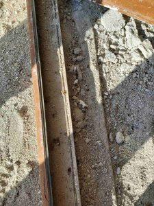 Замърсена със строителни материали дограма на врата.