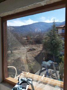 Почистен прозорец - дограма и стъкло.