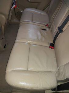 Почистени кожени седалки на кола.