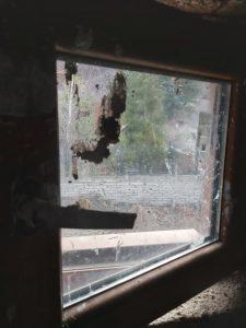 Значително замърсени с мазилка прозорци.