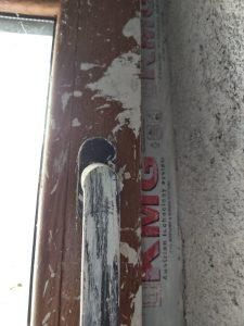 Замърсена дограма, дръжка, на прозорец.