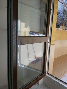 Почистени дограма и стъкла на терасна врата.