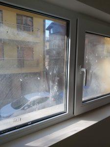 Строителни замърсявания по прозорец.