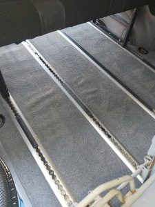 Машинно изпран мокет от под на лека кола.