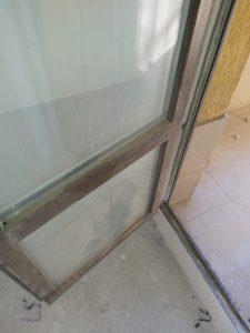 Наслоен строителен прах по врата.