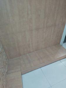 Замърсена дървена облицовка на стени.