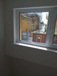 Почистени дограми и стъкла на прозорец.