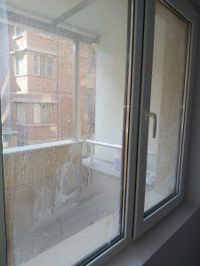Наслоен строителен прах по прозорец.