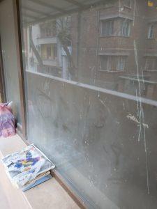Строителен прах по прозорец.