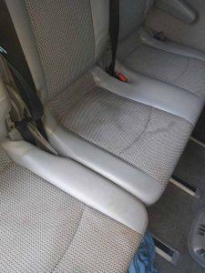 Замърсена автотапицерия на лек автомобил.