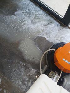Машинно почистване на гранитогресен под.