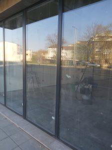 Замърсена стъклена фасада на магазин.