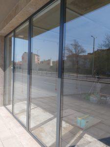 Почистени дограми и стъкла на новопостроена търговска площ.