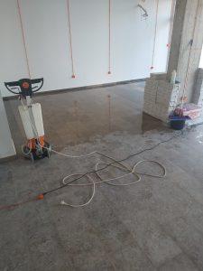 Наполовина почистен под на търговска площ след ремонт.