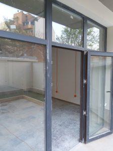 Млъсни дограми и стъкла след строителна дейност.