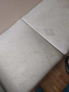 Замърсен тапициран диван.