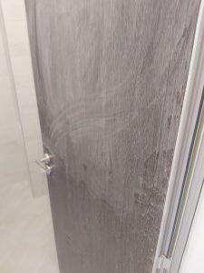 Покрита със строителен прах нова врата.