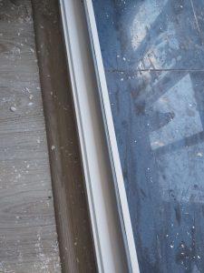 Рочистена долна част на врата към тераса.