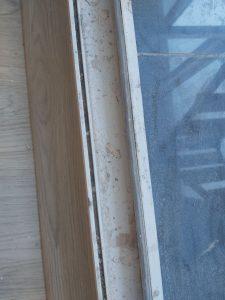 Запрашена дограма на врата към тераса.
