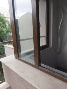 Замърсени прозорци при ремонт.