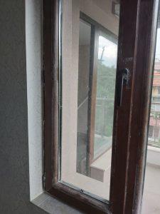 Замърсени със строителен прах прозорци.