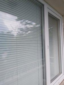 Почистен прозорец и почистени щори.