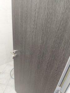 Почистена от строителен прах интериорна врата.