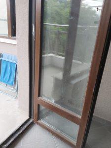 Замърсена след ремонт врата на тераса.