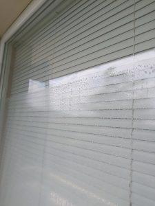 Измиване на прозорец и вътрешни щори.