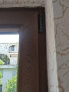 Почистен прозорец след ремонт.
