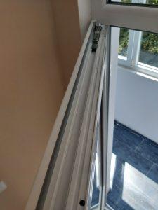 Почистени улеи и уплътнения на дограма по горна част на прозореца.