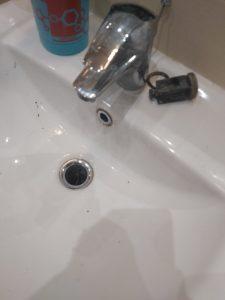 Замърсена чешма.