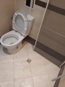 Замърсена баня със санитарен възел.