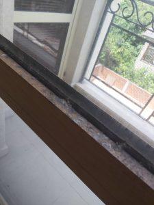 Замърсени стъкла и дограми на прозорци.