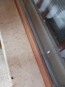 Замърсени стъкла и дограма на прозорци.