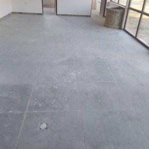 Замърсен под, шлайфан бетон.