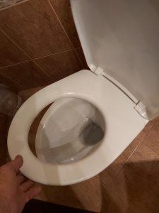 Почистена от строителни замърсявания санитария.