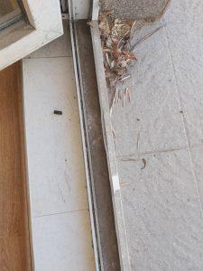 Замърсяване по улеи на дограма на врата към тераса.