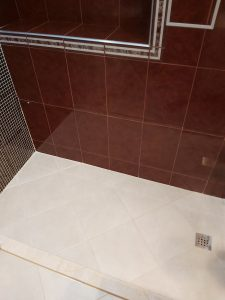 Почистени стени и под на нова баня.