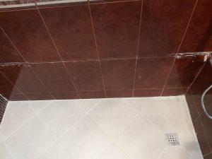 Замърсени стени и под на баня.